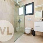 inloopdouche met regendouche hangtoilet badkamermeubel en betegeling spanje costa calida