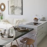 kookfornuis en keukentafel met vier zitplaatsen veel natuurlijk licht modern interieur prachtig huis met zwembad te koop in spanje