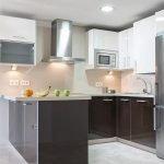moderne open keuken met alle benodigde toestellen en huisraad voor aangenaam verblijf aan costa del sol spanje
