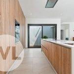 open keuken met kookeiland afzuiging modern geintegreerd in plafond houten afwerking villa nieuwbouw santiago de la ribera