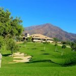 prachtig landschap groen gazon bomen zand hellingen heuvels clubhuis golf resort costa del sol estepona
