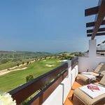 privé terras van appartement te koop met uitzicht over golfterrein met 18 holes estepona málaga spanje