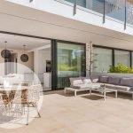 ruim privé terras op gelijkvloers met lounge zetels en eettafel met stoelen nieuwbouw residentie spanje