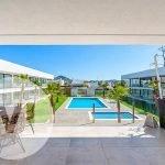 ruim terras aan voorkant penthouse te koop met uitzicht over gemeenschappelijke binnentuin en zwembaden spanje mar de cristal