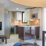 sfeerbeeld uit woonkamer tweeslaapkamerappartement met open keuken te koop costa del sol malaga estepona