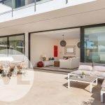 strak schuifraam maakt van terras verlengstuk van woonkamer en keuken leven onder spaanse zon