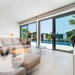 woonkamer geeft met schuifdeuren uit op terras en privé zwembad luxe villa santiago de la ribera costa calida spanje