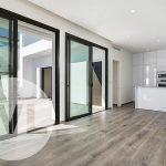 lichtrijke woonkamer en open keuken met modern design luxe spaanse villa te koop aan costa cálida