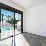 slaapkamer op gelijkvloers met directe toegang tot terras zwembad en tuin luxe spaanse villa te koop santiago de la ribera