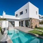 spaanse villa te koop nieuwbouw met aparte bovenverdieping en privé zwembad en tuin in santiago de la ribera