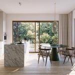 voorbeeld interieur van keuken met kookeiland afwerking natuursteen houten vloerbedekking veel natuurlijke lichtinval