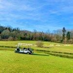 golfkar aan een van vijvers tussen de 18 holes van prachtig ontworpen golfbaan resort