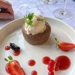 heerlijk dessert met aardbeien en saus van rode vruchten lekkere keuken van restaurant château de la cazine