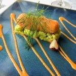 heerlijk gerecht kroket op bedje van groenten mooi afgewerkt met sierlijke saus