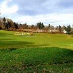 prachtige groene vlaktes van golfbaan met dorpje opbrengsteigendommen te koop verderop
