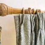 stijlvolle gordijnrail uit mooi warm hout en mooie verduisterende gordijnstof stijlvol materiaal