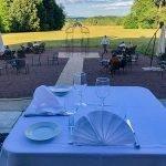 tafelen op terras van à la carte restaurant château de la cazine fantastisch mooi groen kader