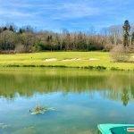 vijver met bootje om golfballetjes uit het water te vissen op de green 18 holes golfbaan