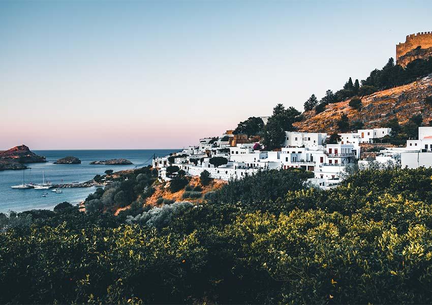 is onroerend goed kopen in griekenland veilig witte huizen op bergflank rhodos eiland