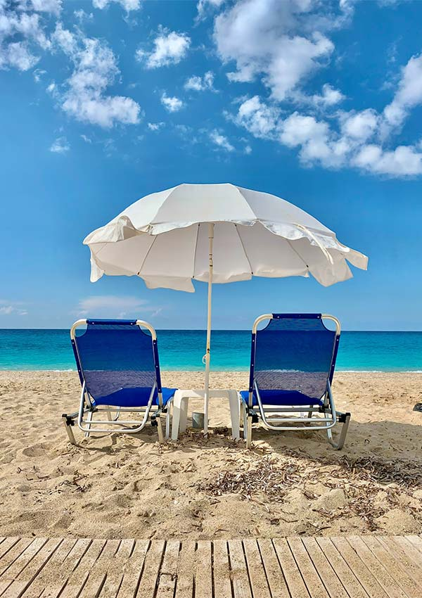 onroerend goed kopen in griekenland regio lefkada strandstoelen parasol zandstrand