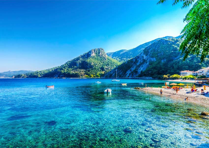 prachtig strand azuurblauw water groene heuvels op achtergrond avlakia samos eiland heerlijk vakantie eiland