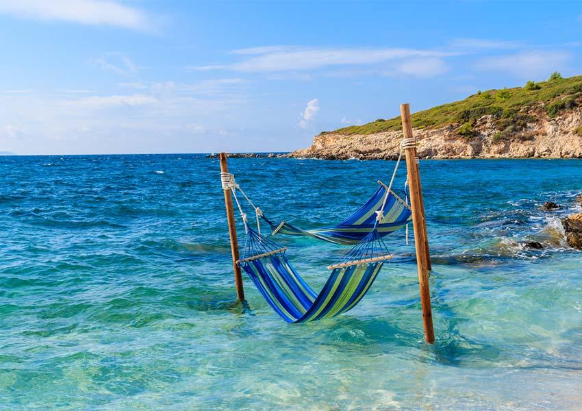 twee hangmatten om te ontspannen boven helderblauw zeewater in proteas baai op samos
