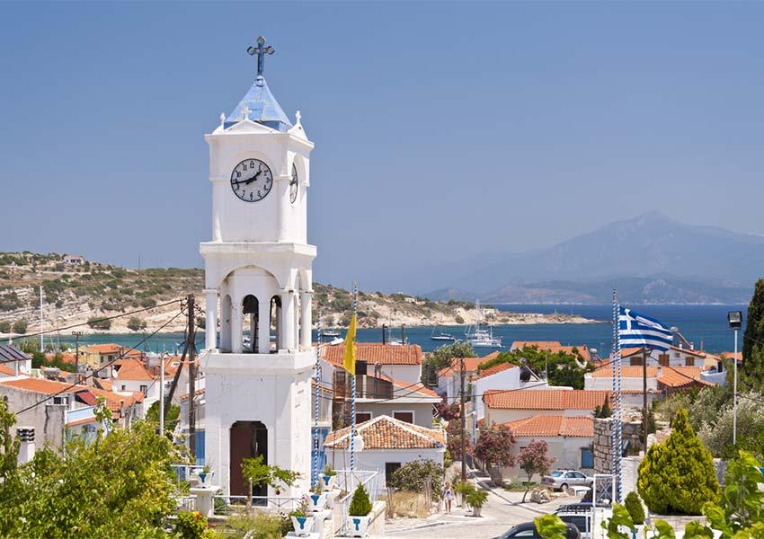 typische witte orthodoxe kerk op samos eiland grieks eiland