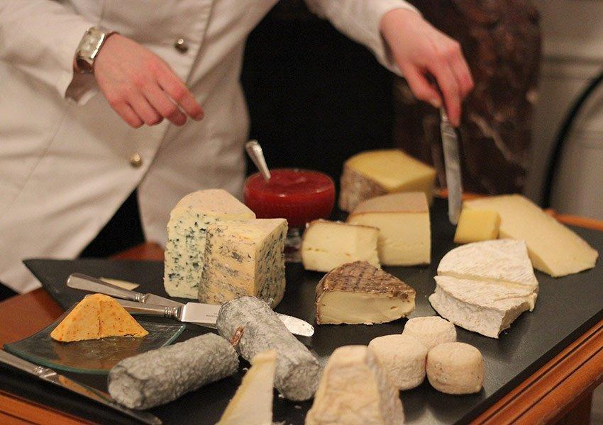 Franse keuken bord overheerlijke kazen geserveerd aan gasten van luxehotel château de la Cazine limousin frankrijk