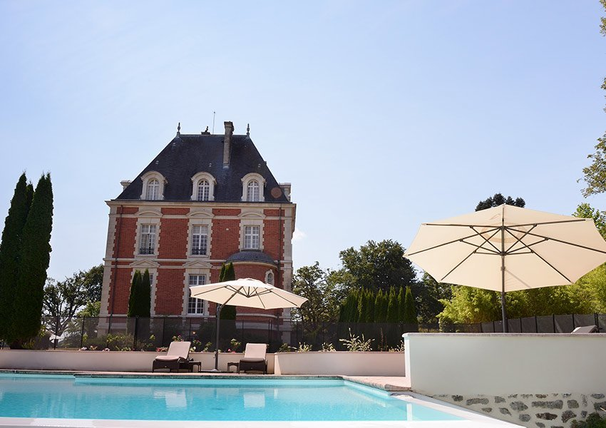 prachtig buitenzwembad aan het luxehotel deel van huis kopen in vakantiepark limousin frankrijk