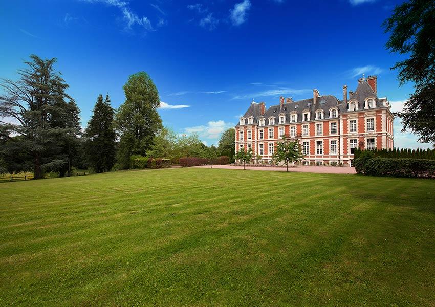 ruime tuin voor golfbaan luxe resort aantrekkelijke faciliteiten voor toeristen en beleggers tweede huis kopen in frankrijk