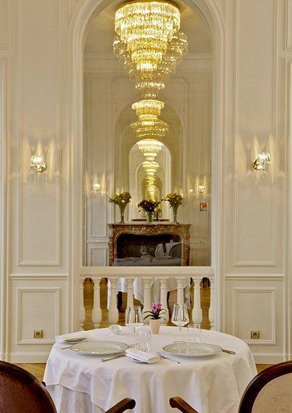 sfeerbeeld van restaurant in chateau de la cazine in luxeresort halcyon retreat golf en spa ideale belegging met 7% gegarandeerd rendement